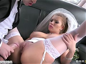 Driver smash bride's donk on the way to the wedding