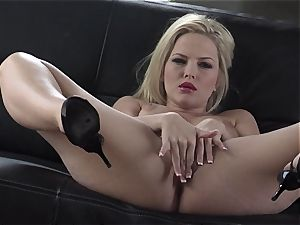 Alexis Texas likes thumping her fingers in and out of her lubricious poon